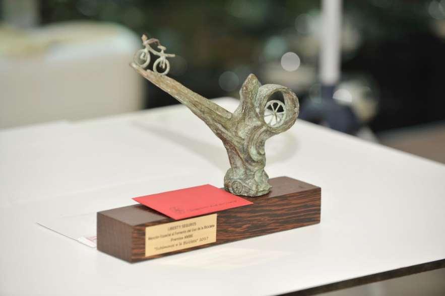 Estatuilla conmemorativa con el premio de la Mención especial, que el año pasado fue entregada a Liberty Seguros