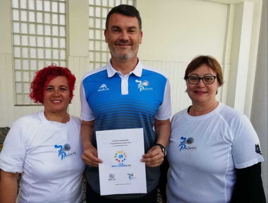 Responsables de la Asociación Canaria SOMOS TEA y del Club de Baloncesto 7 Palmas, posan con el acuerdo de colaboración firmado entre ambas entidades para fomentar la inclusión de niños y adolescentes con autismo en las Islas Canarias