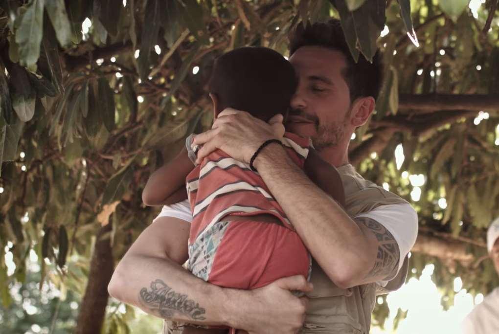 """""""Yo sentía que abrazaba a mi hijo"""" afirma el cantante jerezano al explicar su sensación tras abrazar a pequeños que se han salvado de la desnutrición en Guajira, gracias al trabajo de Acción contra el Hambre"""