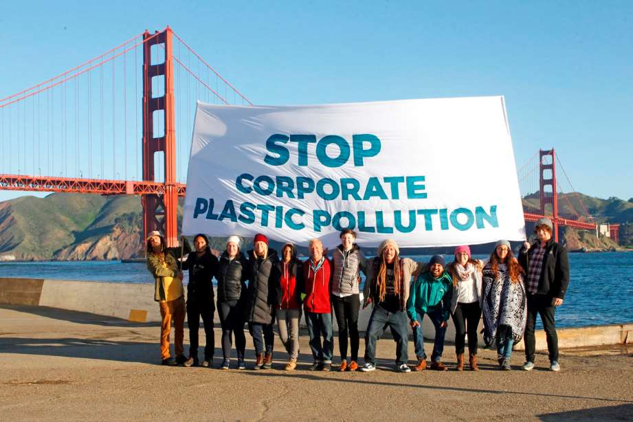 "Activistas de Greenpeace posan cerca del famoso puente de Golden Gate en San Francisco con el mensajes ""Stop Corporate Plastic Pollution"""