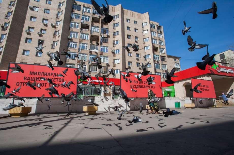 Vallas publicitarias instaladas en Rusia para presionar a la cadena de supermercados más importante del país a que actúe frente a las bolsas de plástico de un solo uso