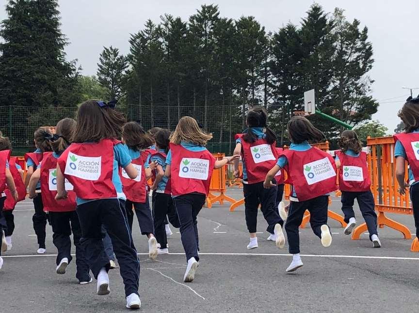 Alumnas del colegio Ayalde corriendo contra la desnutrición infantil