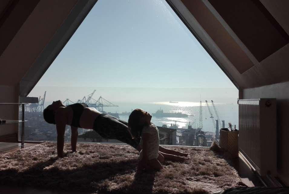"""""""Mami, ¿Hacemos yoga?"""" Fotografía ganadora de la III Edición, de Gabriela Litschi"""