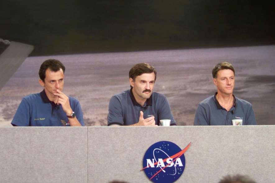 Pedro Duque en una rueda de prensa de la tripulación del Soyuz TMA-3. Foto: Wikipedia