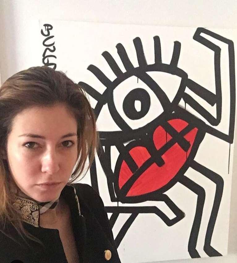 """Juliana del Burgo posando junto a uno de sus """"Happy Monsters"""""""