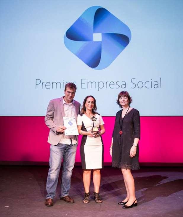 Ginés Haro e Isabel Alba recogiendo el premio Empresa Social de la Fundación Mundo Ciudad