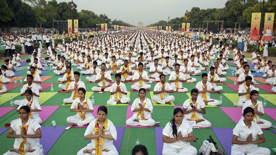 Más de 100.000 personas practicando Yoga baten Récord Guiness en India