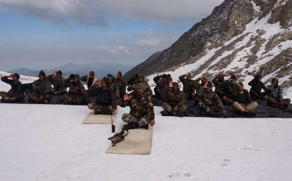 El ejército indio practicando Yoga en las alturas