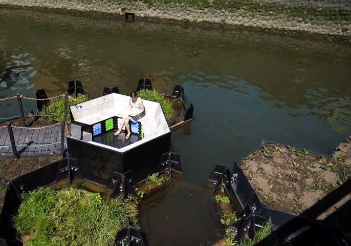 """""""Recycled Park"""", el primer parque flotante hecho con plásticos reciclados de Europa, que consiste en unaplataforma flotante elaborada de plásticos reciclados recogidos del mar"""