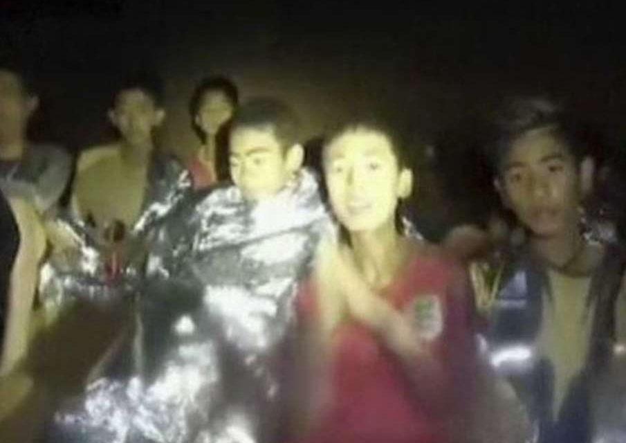 Rescatan a los doce niños y al entrenador atrapados en la cueva de Tailandia