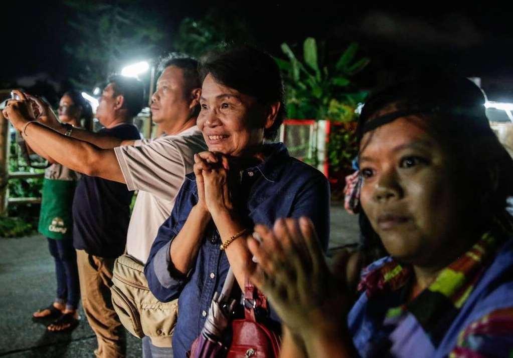 Funcionarios del gobierno local, voluntarios, espectadores y periodistas estallaron en vítores