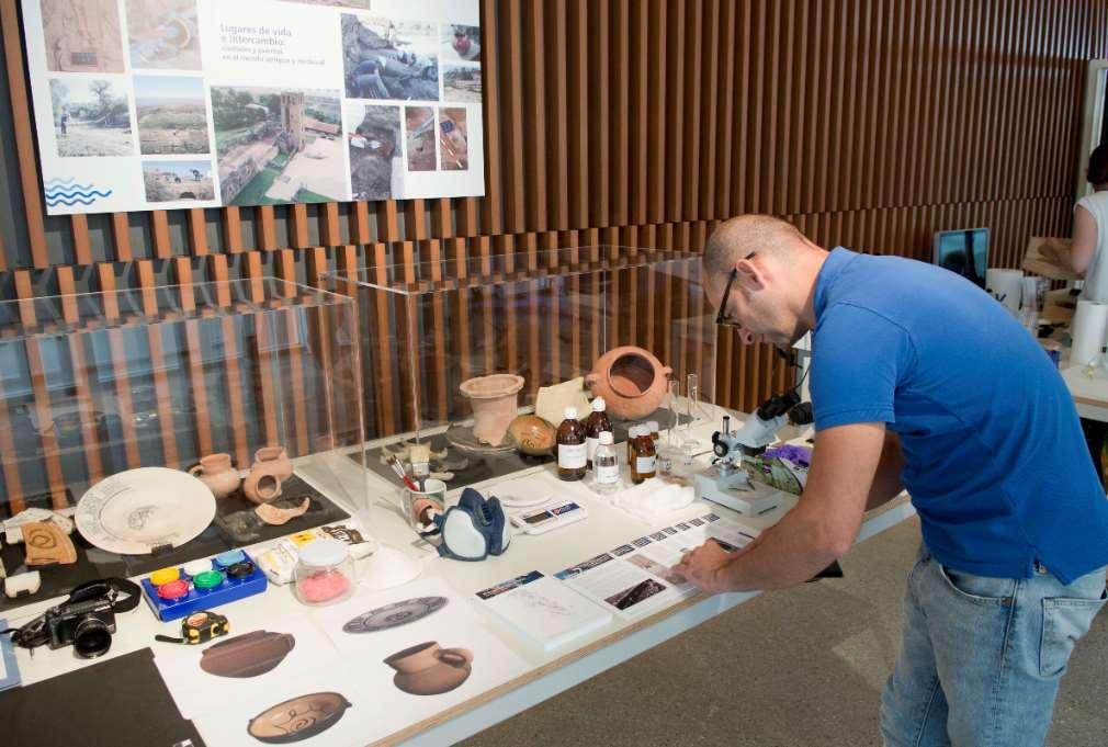 los investigadores de la UHU han organizado dos actividades que tratan de implicar a los visitantes del proceso de investigación