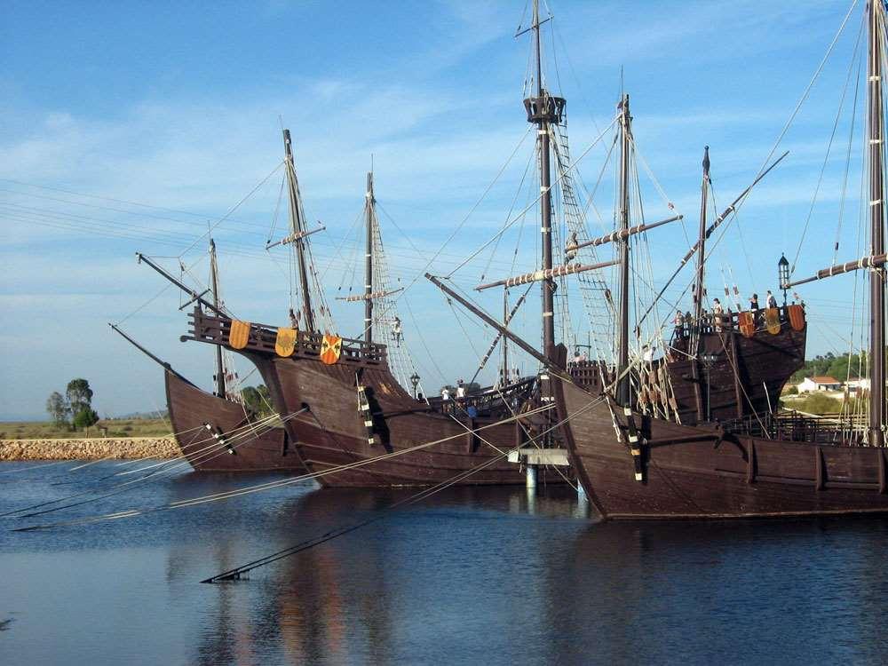 Réplica de los tres barcos que participaron en el primer viaje de Cristobal Colón, en el Muelle de las Carabelas (Palos de la Frontera, España). Fuente: Wikimedia Commons
