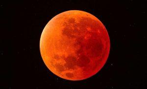 Durante la totalidad del eclipse, la luna adquiere una tonalidad rojiza o cobriza al adentrarse en la umbra