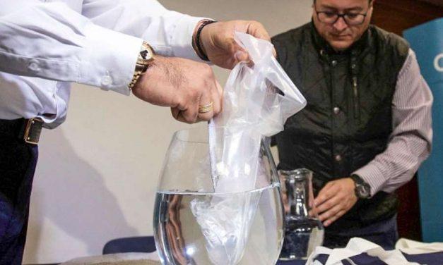 Crean una bolsa de plástico soluble en agua que desaparece en minutos