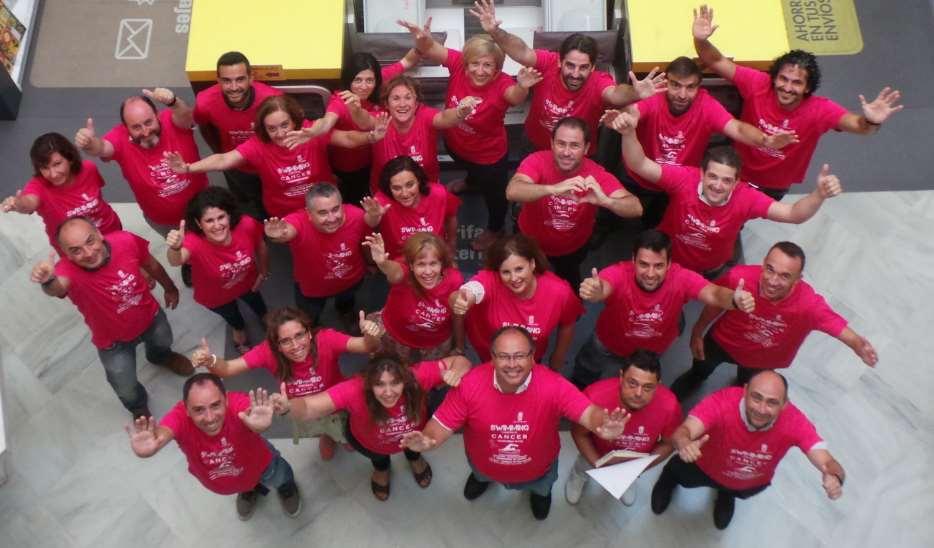 Empleados de Correos Andalucía muestran su poyo a la iniciativa de los cuatro nadadores solidarios Swimming contra el cáncer