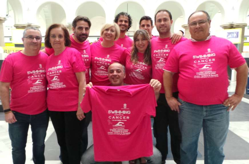 Han puesto a la venta camisetas de la iniciativa de los cuatro nadadores solidarios Swimming contra el cáncer