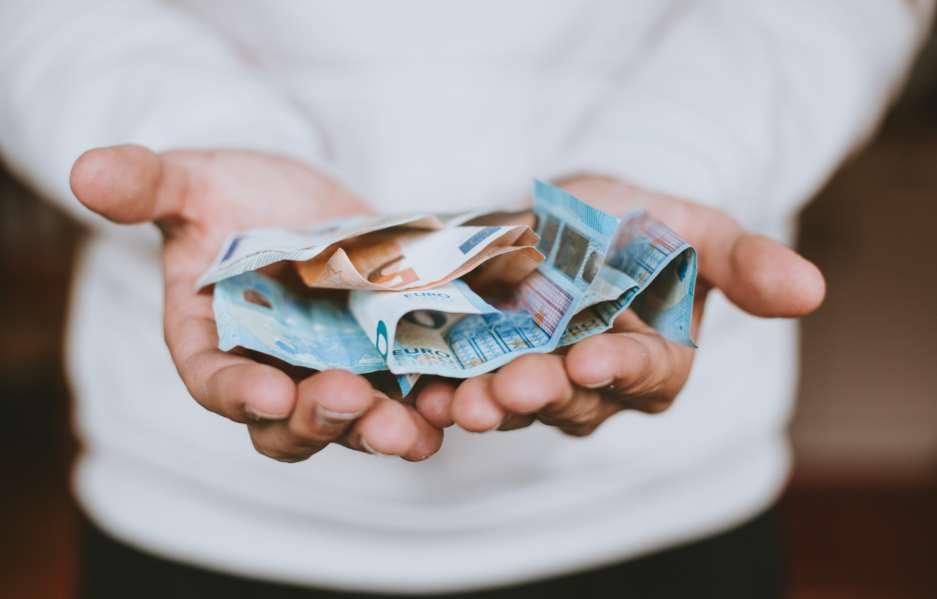 Chico de 12 años encuentra un sobre con 2.000€ y lo devuelve a la Policía