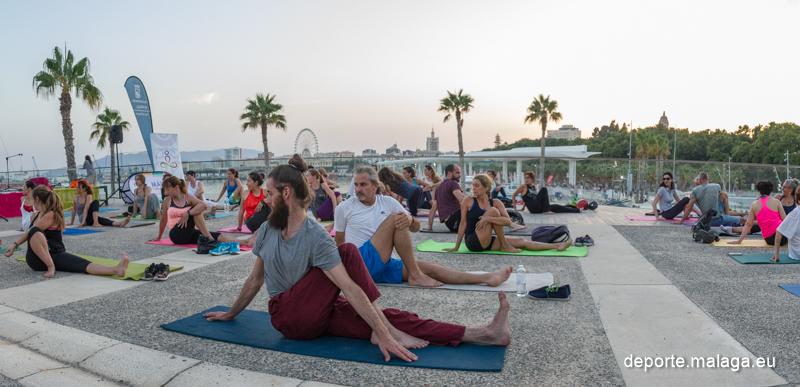 ¡Ven esta tarde a practicar yoga al aire libre en el Muelle Uno!