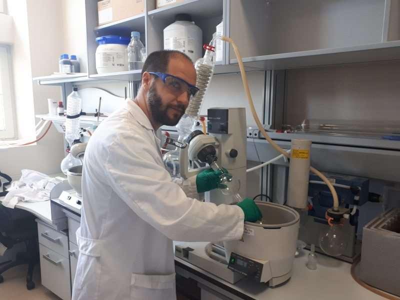 El El doctor Pablo Peñalver, en el laboratorio, realizando la purificación del compuesto. Foto: Fundación Descubre