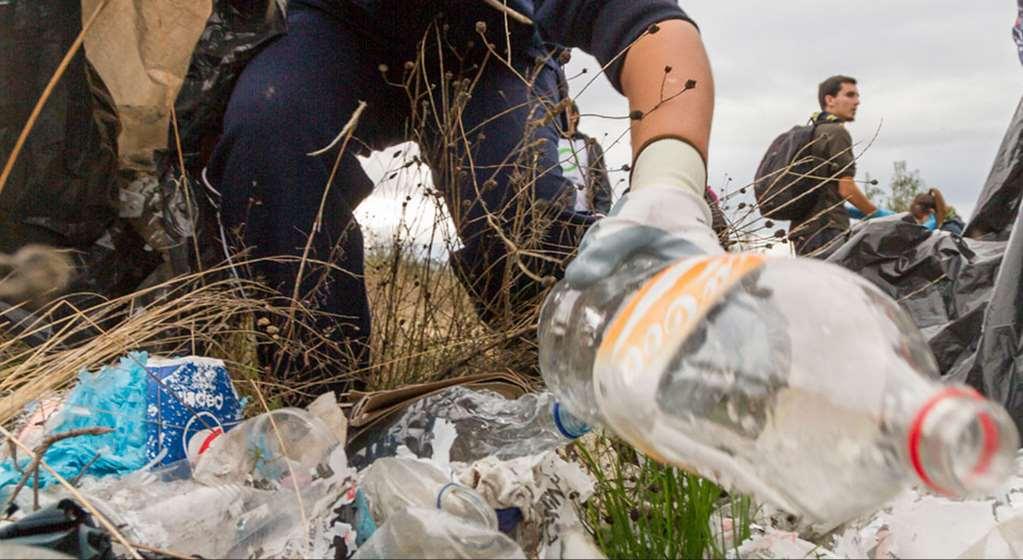 """""""Operación Plastic Off"""" engloba diferentes acciones de calle, desde recogidas reivindicativas a Plastic Attacks en las puertas de diferentes supermercados"""