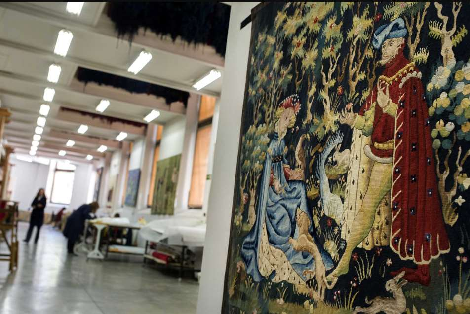 Los trabajos de restauración de la bandera rojigualda se han llevado acabo en la Real Fábrica de Tapices