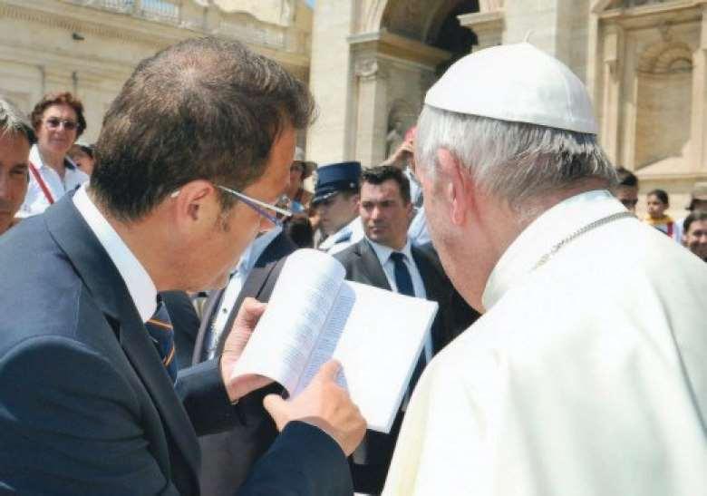 Salvo Noè le enseña al pontífice el libro. Foto cortesía de Editorial San Pablo