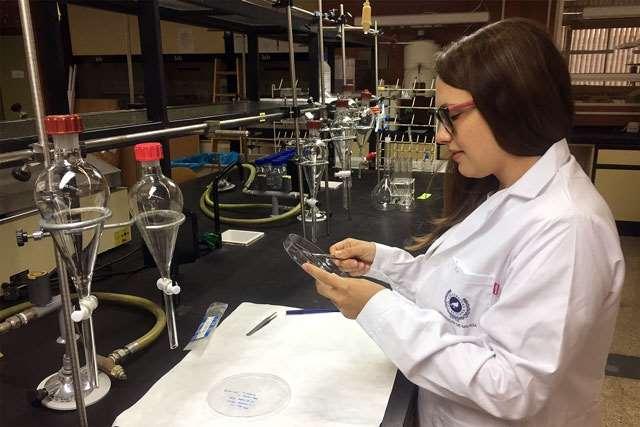 La estudiante de doctorado Alexandra Harbuzaru, coautora del trabajo, en el laboratorio de Fabricación y Caracterización de Transistores de Efecto de Campo de la Universidad de Málaga. Foto: UMA.