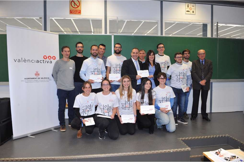Una vez finalizada la jornada, ha tenido lugar la entrega del premio a los miembros del equipo ganador, por parte del Vicerrector de Empleo y Emprendimiento de la Universitat Politècnica de València y el representante del Ayuntamiento de València