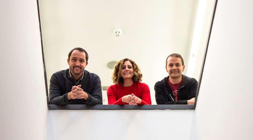 De izquierda a derecha, Pere Roca-Cusachs (IBEC), Teresa Tarragó (Iproteos) y Josep Roma (VHIR) / Daniel Portales/ PCB