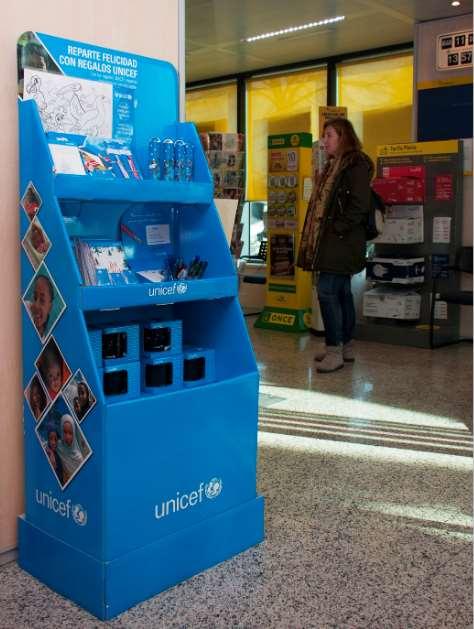 Correos es aliada estratégica de UNICEF desde hace más de 40 años, y colabora también en la comercialización de sus tarjetas y regalos a través de sus oficinas