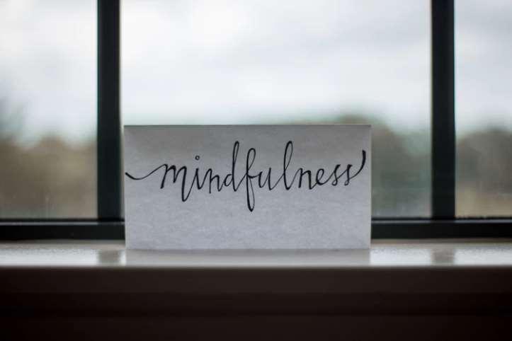 Mindfulness esun entrenamientode auto regulación de la atención, orientándola al momento presente con curiosidad, apertura y sin juicio