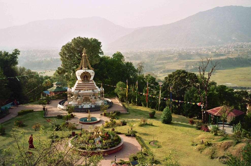 País de contrastes, las cumbres más altas del mundo dejan paso a extensas llanuras; los templos budistas se funden con recintos de culto hindú