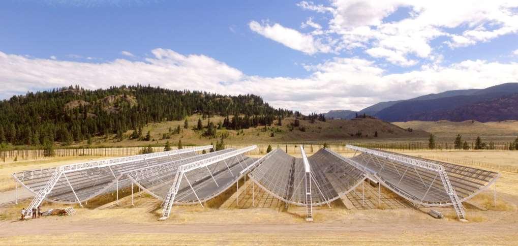 El radiotelescopio interferométrico CHIME con el que se han detectado las misteriosas señales cósmicas de radio se localiza en la Columbia Británica (Canadá). Está formado por cuatro semicilindros en forma de U de 100 metros de largo y repleto de antenas. Foto: Sinc & CHIME