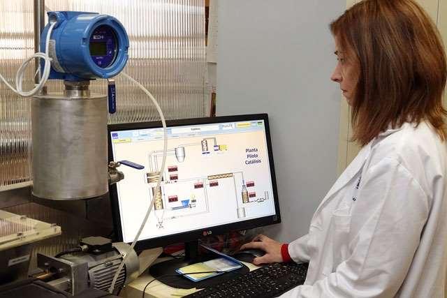 La profesora Concepción Herrera trabajando en el equipo de gasificación catalítica. Foto cortesía de UMA
