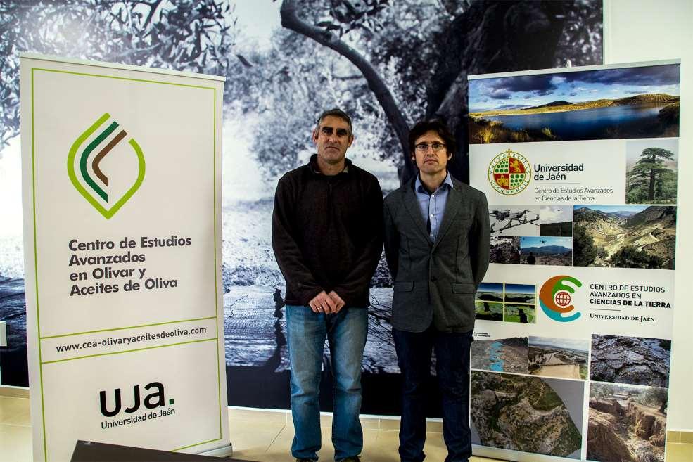 Roberto García, a la izquierda, junto al investigador Julio Calero, del Centro de Estudios Avanzados en Ciencias de la Tierra. Foto: María Isabel Arias. Foto cortesía de la UJA