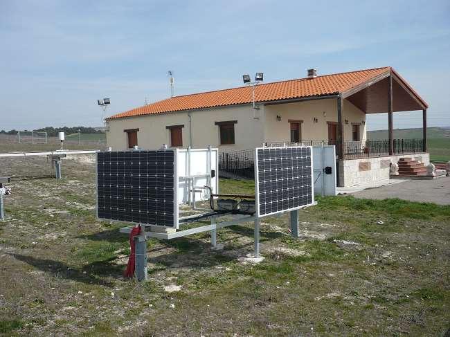 Instalación fotovoltaica experimental para la simulación de fachadas fotovoltaicas orientadas hacia los cuatro puntos cardinales. Foto cortesía de Grupo SWIFT (UBU)