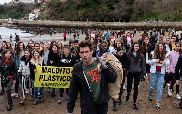 """Jon Kortajarena apoyando la campaña """"Maldito plástico: Reciclar no es suficiente"""""""