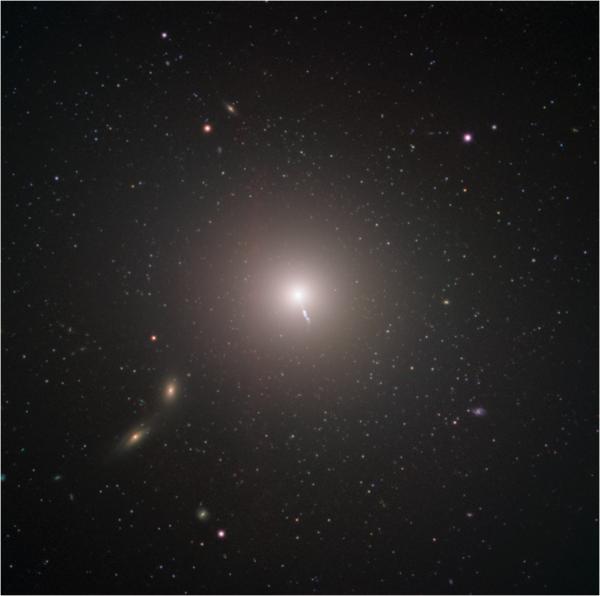La enorme aureola que rodea la galaxia elíptica Messier 87