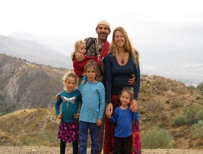 En el núcleo de la comunidad de Amoraleza encontramos una familia de seis personas, es la de los socios y fundadores Veronika y Lorenzo