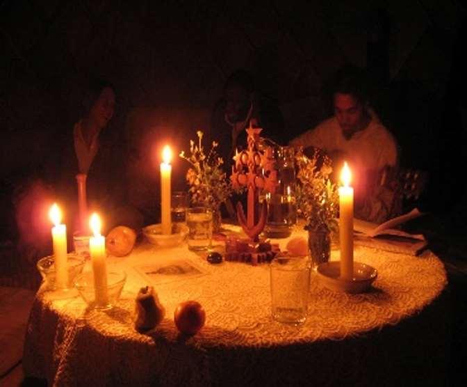 Las ceremonias en Amoraleza son eclécticas, combinando silencio, cantos sagrados y rituales de diferentes tradiciones chamánicas