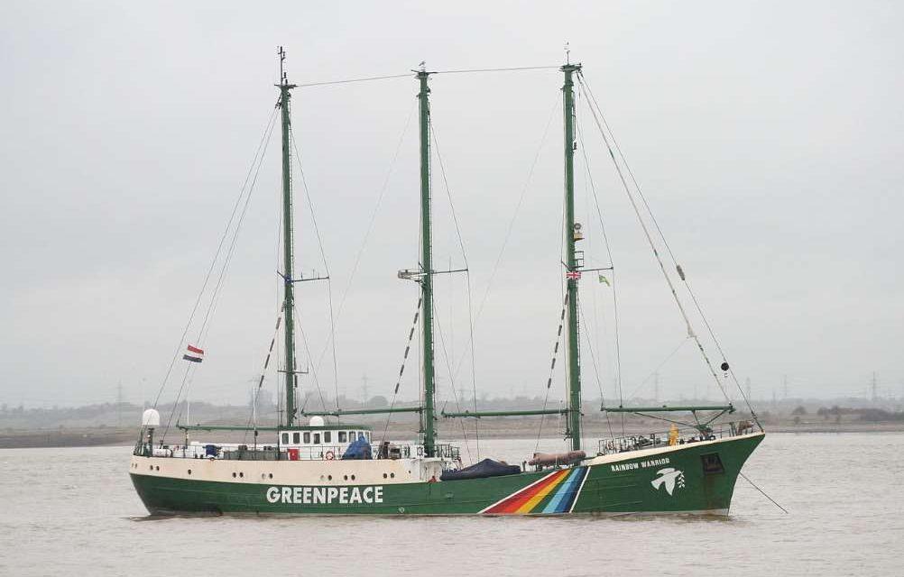 El Rainbow Warrior de Greenpeace visita Barcelona, Málaga y Vigo