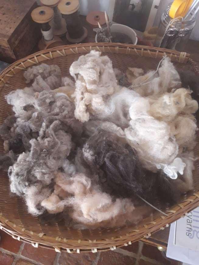 De hilar lana, Sian Huertas pasó a teñirla con tintes naturales, de ahí a tejer sus propias creaciones y de ahí a impartir cursos a personas interesadas en aprender este antiguo oficio