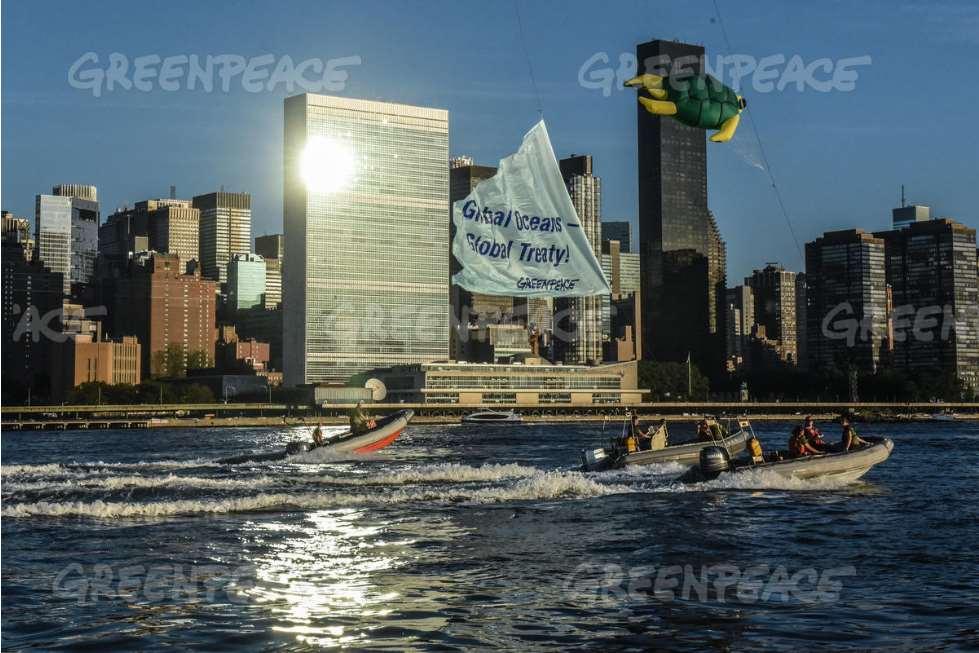 Greenpeace, la High Seas Alliance y la Unión Internacional para la Conservación de la Naturaleza instalaron, junto a la sede de Naciones Unidas, una gigantesca obra de arte inspirada en el océano