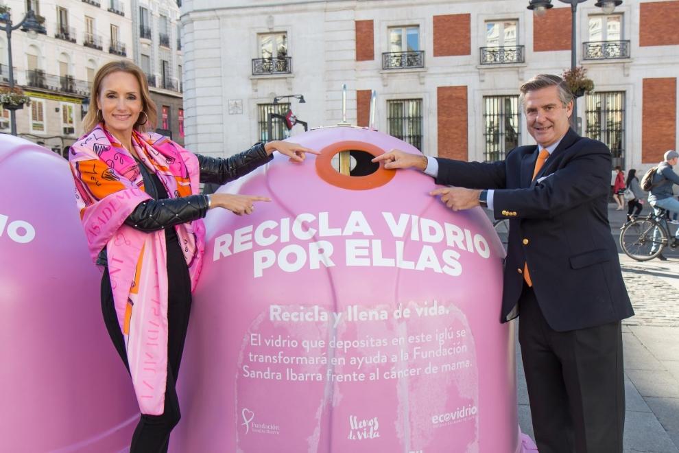 """La campaña """"Recicla vidrio por ellas"""" se presentó el pasado 15 de octubre en la Puerta de Sol de Madrid junto a Sandra Ibarra y Borja Martiarena, Director de Marketing de Ecovidrio"""