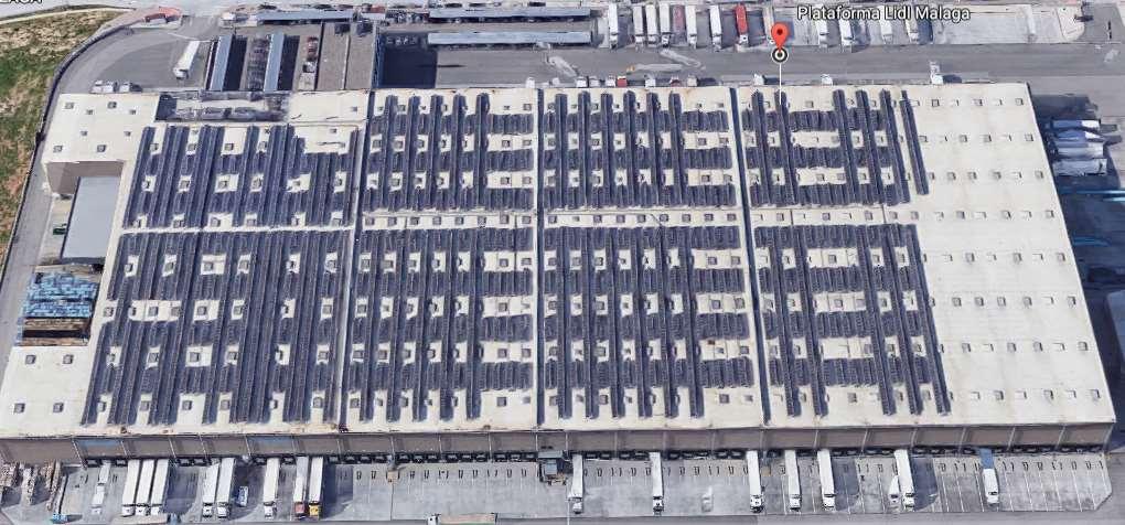 Ejemplo de empresa que se está pasando al autoconsumo de energía solar: centro logístico de Lidl en Málaga. Foto cortesía de Google Maps
