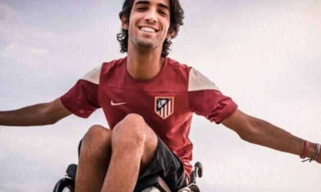 Un joven madrileño lanza un crowdfunding para adquirir una nueva silla de ruedas que le permita hacer su profesión de reportero