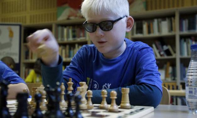 Jóvenes ajedrecistas ciegos perfeccionan sus técnicas en Benidorm
