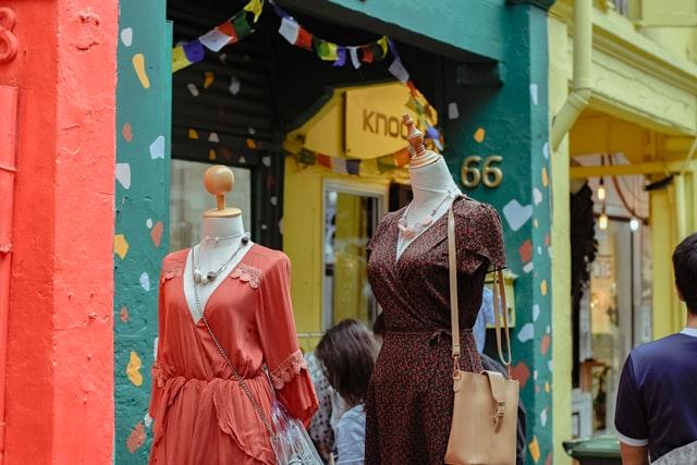 Los comercios del Centro de Málaga llenan de flores sus fachadas para recibir la primavera