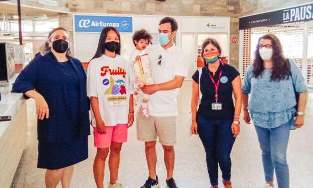 La pequeña Khdeija regresa a Mauritania tras recuperarse de su enfermedad en España